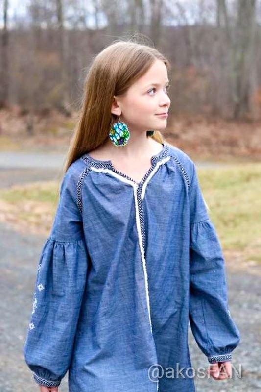 Maiden models fabric earrings in green